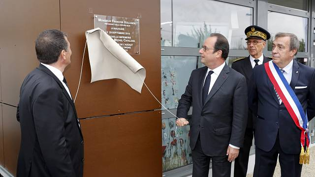 Hollande pays tribute at site of Charlie Hebdo siege
