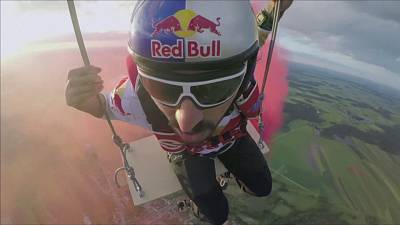 Video: Skydivers attempt swing world record
