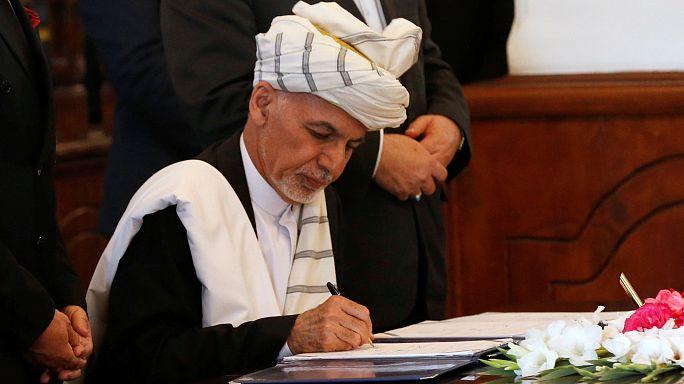توقيع اتفاق سلام بين الحكومة الأفغانية وقلب الدين حكمتيار زعيم الحزب الاسلامي