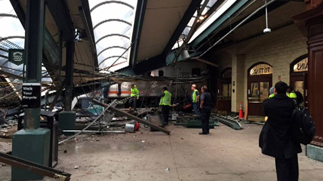 Un train déraille dans une gare près de New York