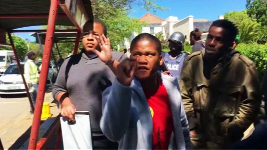 Afrique du Sud : la police tire sur des étudiants dénonçant les frais de scolarité avec des balles en caoutchouc