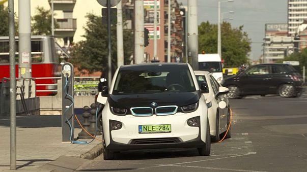 Hungría promueve el coche eléctrico, pero penaliza las energías renovables