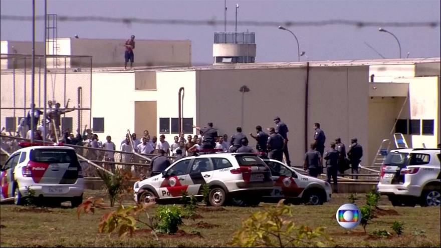 Häftlinge stecken brasilianisches Gefängnis an und fliehen in Zuckerrohfeld
