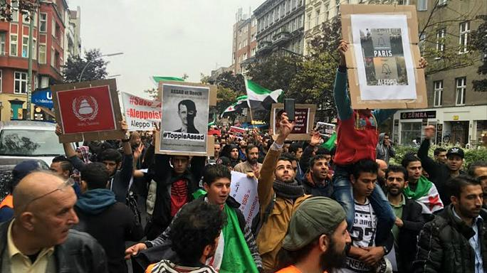 Halep'teki hava saldırıları protesto edildi