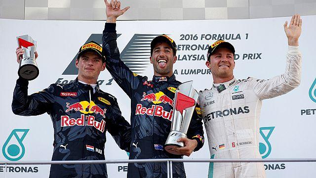 Ricciardo encabeza doblete Red Bull y Rosberg más líder al abandonar Hamilton