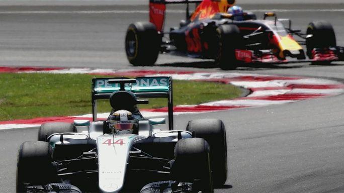 ريتشياردو يتوج بسباق جائزة ماليزيا الكبرى للفورمولا واحد عقب خروج لويس هاميلتون