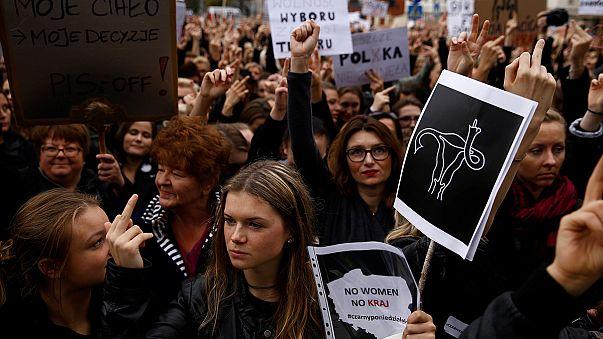 Több ezren tiltakoznak az abortusz teljes tiltása ellen Varsóban