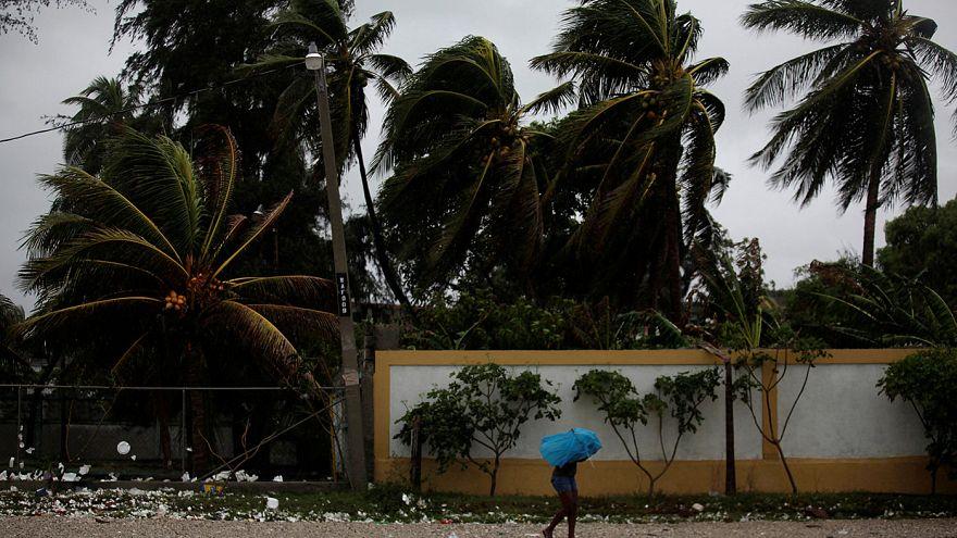 L'uragano Matthew comincia a spazzare i Caraibi