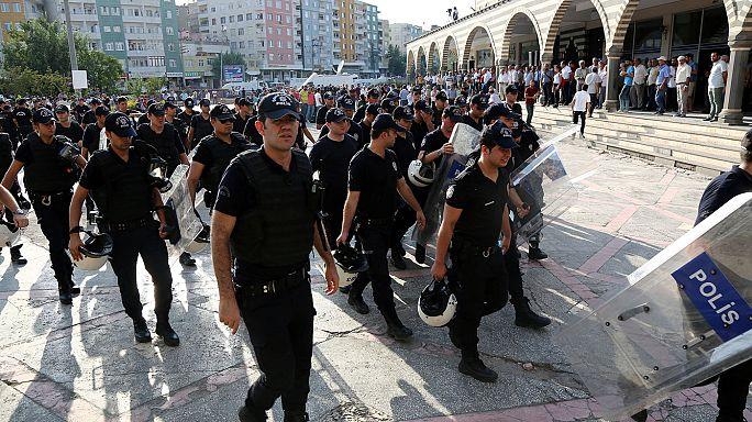 El gobierno turco suspende a 13.000 policías y prolonga las medidas de excepción