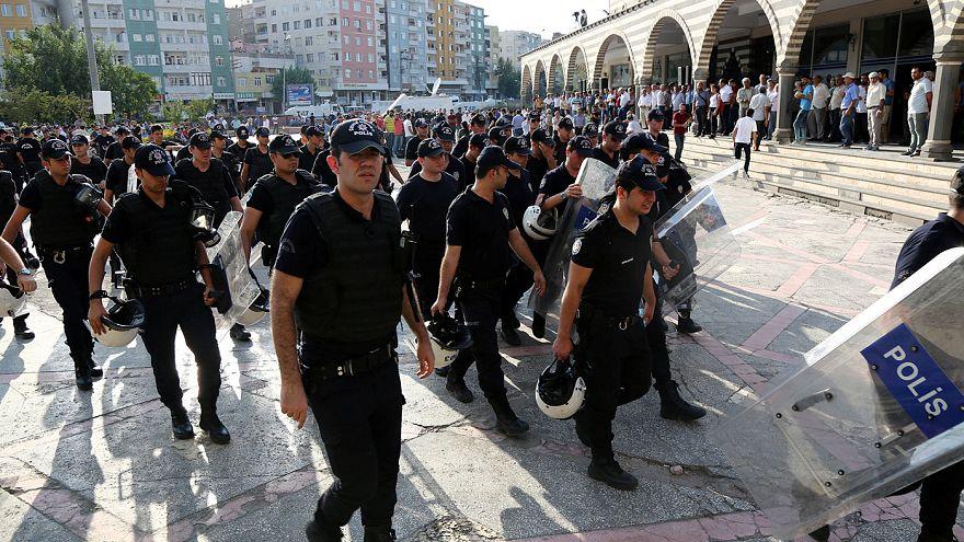 Turquia suspende mais de 12 mil polícias acusados de ligações ao golpe de Julho