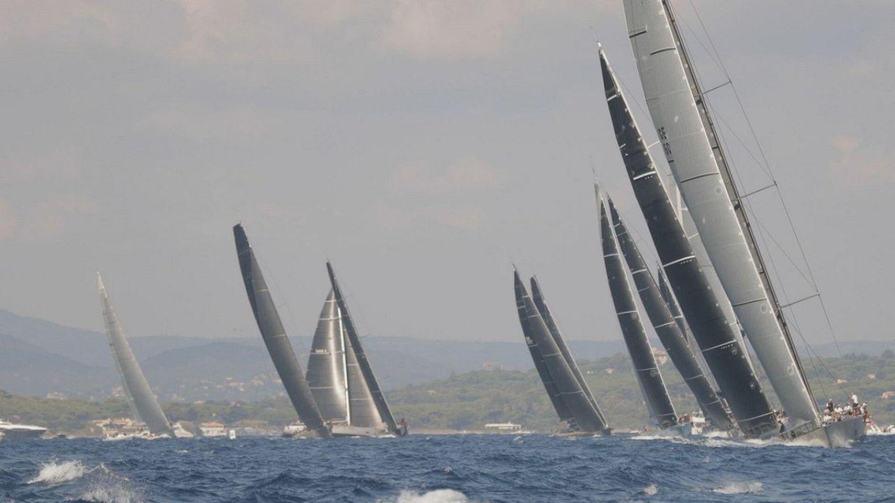 Saint-Tropez : huit filles sur un bateau
