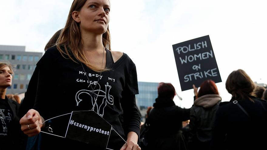 Centenas de polacos protestam em Bruxelas contra lei anti-aborto