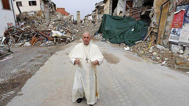 El papa Francisco visita por sorpresa la localidad italiana de Amatrice, devastada por el terremoto del pasado agosto