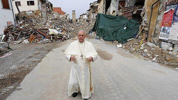 À Amatrice, le pape prie pour les victimes du séisme