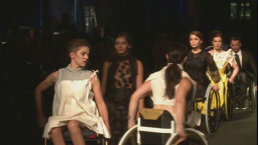 """""""Modellerotelle"""": desfile de moda en el que las modelos van en silla de ruedas"""