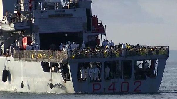 Hundreds of migrants arrive in Sicily