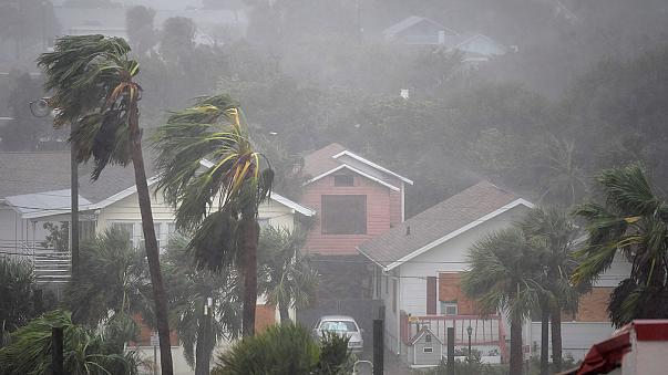 Saatte 200 km hızla ilerleyen Matthew Kasırgası ABD'ye ulaştı