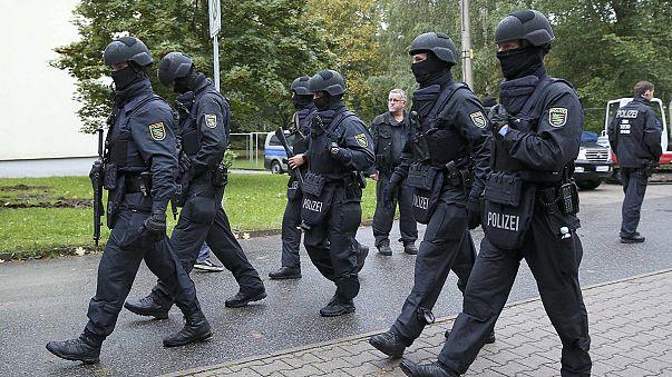 La policía alemana detiene a tres personas y busca al principal sospecho por intento de atentado