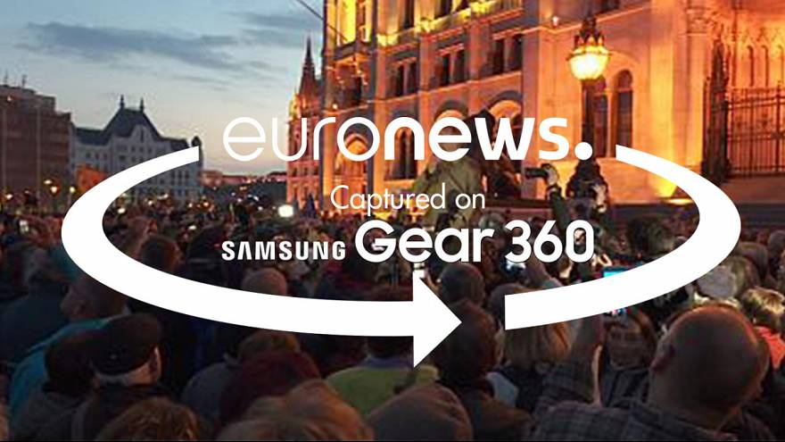 360° video: Jeers and cheers against newspaper closure in Hungary
