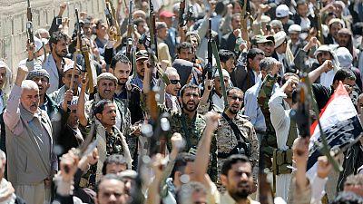 Yemen: in migliaia davanti alla sede dell'Onu a Sanaa per protestare contro il raid saudita durante il funerale