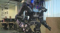 """""""WalkMan"""", il robot italiano che cammina e guida l'auto"""