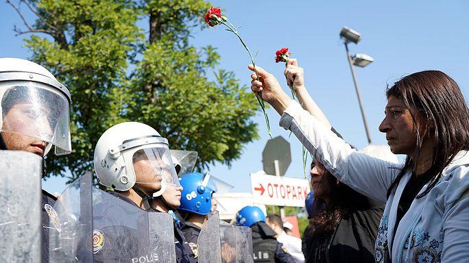 Ankara, un anno dopo l'attentato della stazione, polizia usa la forza contro i manifestanti