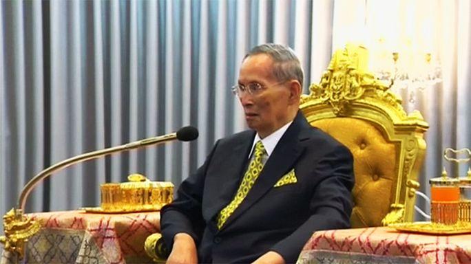 Rei da Tailândia colocado sob assistência respiratória