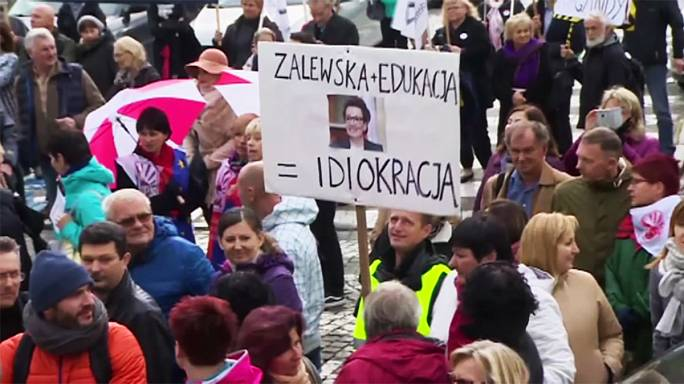 Decenas de miles de profesores protestan en 17 ciudades de Polonia contra la reforma educativa