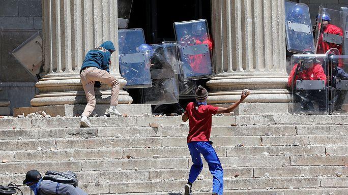مظاهرات طلابية في جنوب إفريقيا احتجاجا على زيادة الرسوم الجامعية