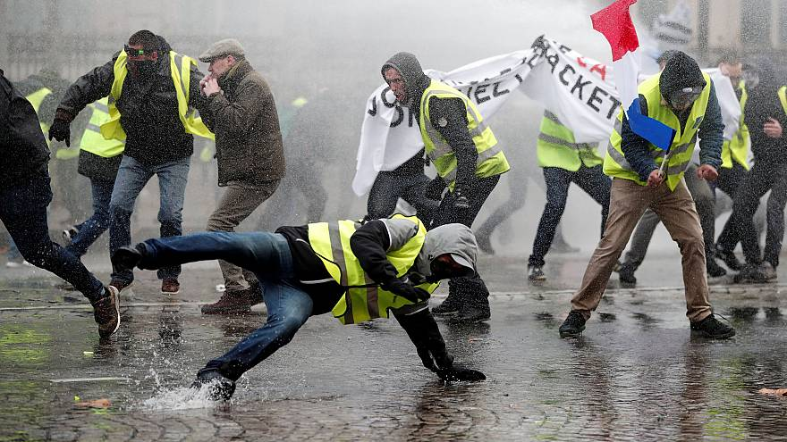 Image: Protesters wearing fluorescent yellow vests during clashes in Paris