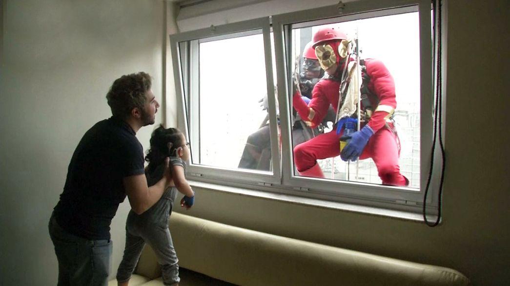 Fensterputzer als Superhelden im Kinderkrankenhaus