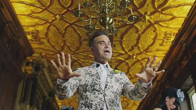 "Robbie Williams ""parties like a Russian"""