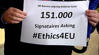 Funcionarios y ONG presentan a la Comisión miles de firmas contra Barroso