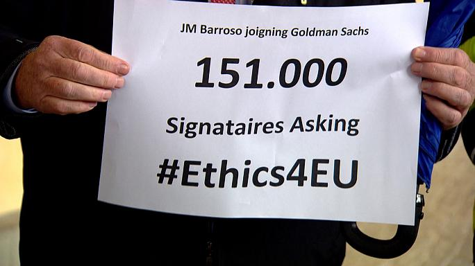 Barroso 'Goldman Sachs' petition handed to EU officials