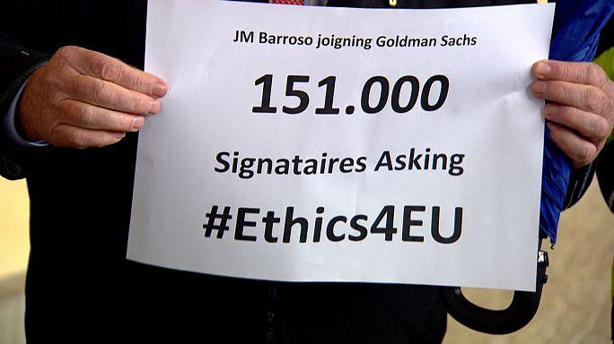 المفوضية الأوروبية تأخذ علما بأن مئة وواحدا و خمسين ألف شخص يعترضون بواسطة وثيقة، على توظيف الرئيس السابق للمفوضية في مجموعة غولمان ساكس المصرفية