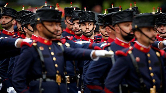 Испания отмечает Национальный праздник парадом и отжиманиями