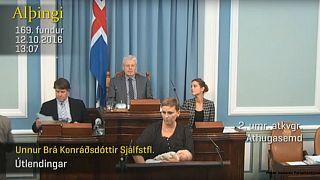 Baby an der Brust: Sie stillt während ihrer Rede im Parlament