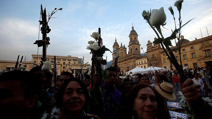 Miles de colombianos marchan por la paz en Bogotá