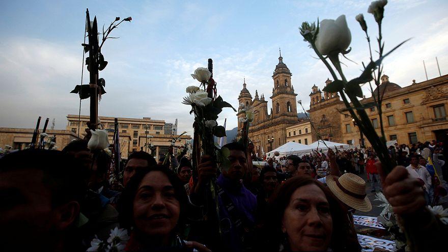 Bogotá: Blumenmarsch für den Frieden