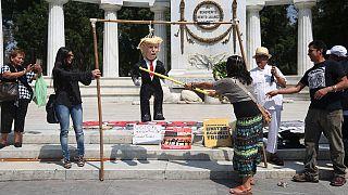 A golpes con la piñata Trump