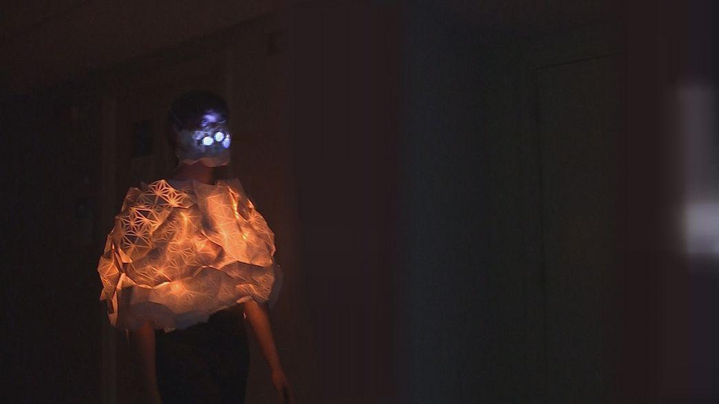 """""""Human Sensor"""": Um fato que acende as luzes quando respira poluição"""