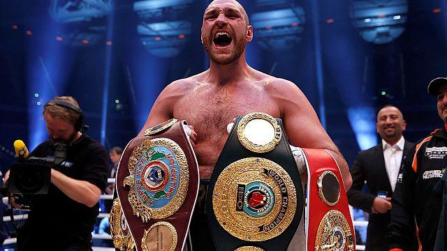 El boxeador Tyson Fury abandona sus títulos mundiales