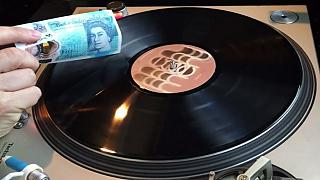 VIDEO: 5-Pfund-Note spielt Vinyl-Platten
