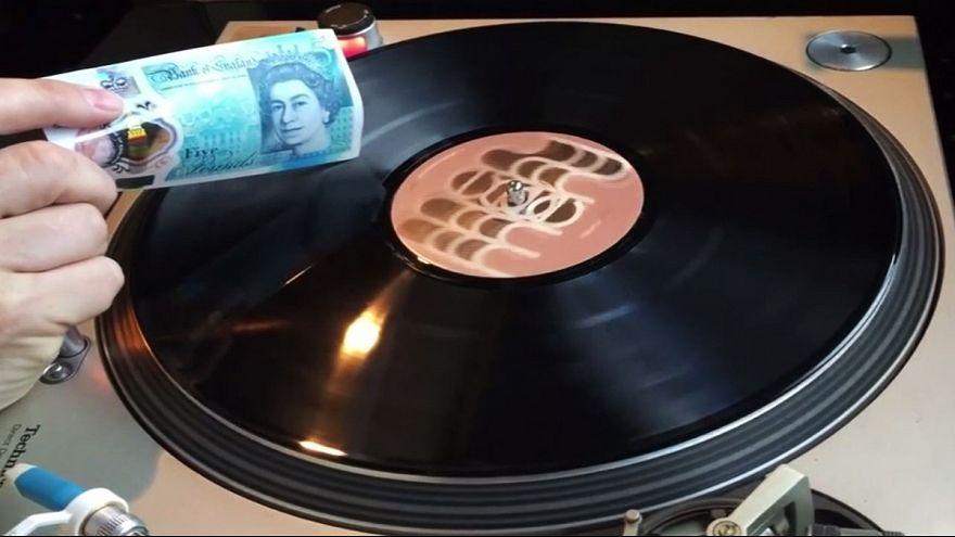 VIDEO: 5-Pfund-Note spielt Vinyl-Platten
