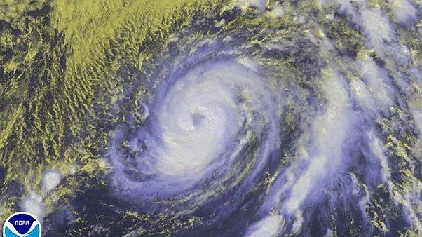 إعصار نيكول يضعف تدريجياً و يبتعد عن جزر برمودا
