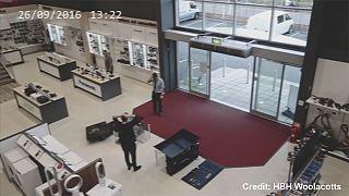[Παρακολουθήστε]: Ατζαμής πελάτης καταστρέφει τέσσερις τηλεοράσεις!