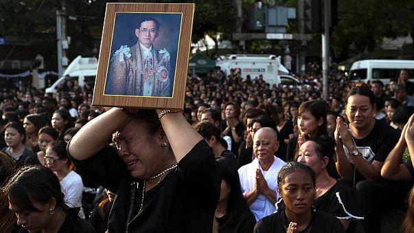 التايلانديون يؤدون واجب العزاء ترحما على روح ملكهم