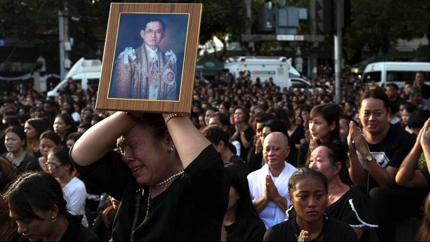 King Bhumibol: Mourning continues for Thai monarch