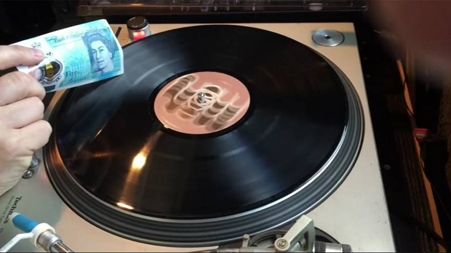 Ecouter un vinyle avec un billet - « Only in the UK ! »