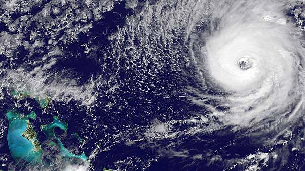 A Nicole hurrikán Bermudán tombol